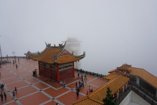 Nachdem wir mit der Seilbahn auf die Genting Highlands gefahren sind, haben wir die chinesischen Tempel angeschaut. Leider versperrte uns der Nebel auf den 1760 m Höhe die Sicht auf die umliegende Berglandschaft.