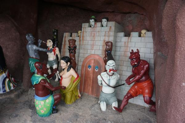 Ebenso ausgestellt waren die 10 Unterwelten der chinesischen Mythologie, genannt Diyu. Je nachdem, welche Art von Sünden man im irdischen Leben begangen hat, erwartet einen die jeweilige Hölle mit ihren spezifischen grausamen Foltern und Bestrafungen.