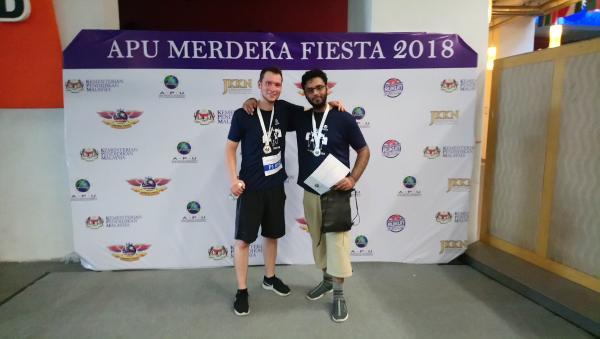 Sheraz aus Pakistan und ich nach dem Unity Run der APU. 5 km Joggen in Deutschland unterscheiden sich deutlich zum Rennen bei 30 °C Außentemperatur und annähernd 100 % Luftfeuchtigkeit.