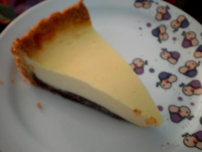 [Bild: ein Stück selbstgebackener Käsekuchen mit Schokofüllung]