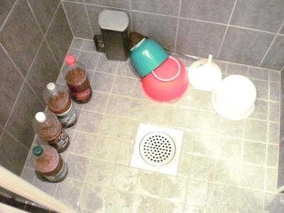 [Bild: Blick in mein Badezimmer unmittelbar nach dem Befüllen von Sima-Flaschen]