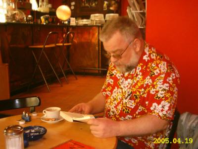 Ich selbst lesend im Cafe