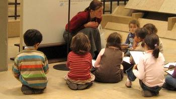 Kids in museum. (novala)